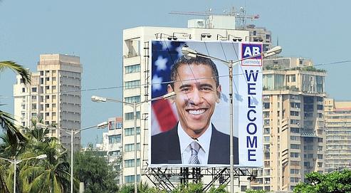 Un panneau de bienvenue a été accroché, hier, sur un immeuble de Bombay, en Inde. Ce pays est la première étape, en Asie, du président américain.