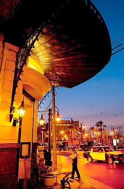 Le café Trianon donne sur la place Saad Zaghloul.