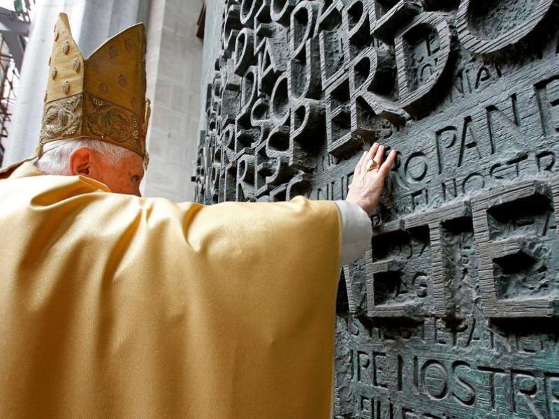 Le pape Benoît XVI a consacré dimanche la Sagrada Familia à Barcelone, le chef d'oeuvre de Gaudi. 128 ans après la pose de la première pierre en 1882, l'immense église, toujours en chantier, qui domine la ville de ses huit clochers, est devenue une basilique où pourra être célébrée l'Eucharistie.