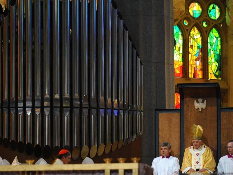 Lors de ''rites initiaux'' organisés juste avant la messe, les représentants locaux de l'Eglise ont présenté au pape l'eau qu'il devait bénir. Puis Benoît XVI a aspergé de cette eau bénite l'autel de l'église, tandis que d'autres religieux ont fait de même sur les murs de la basilique. La messe proprement dite a ensuite pu commencer.