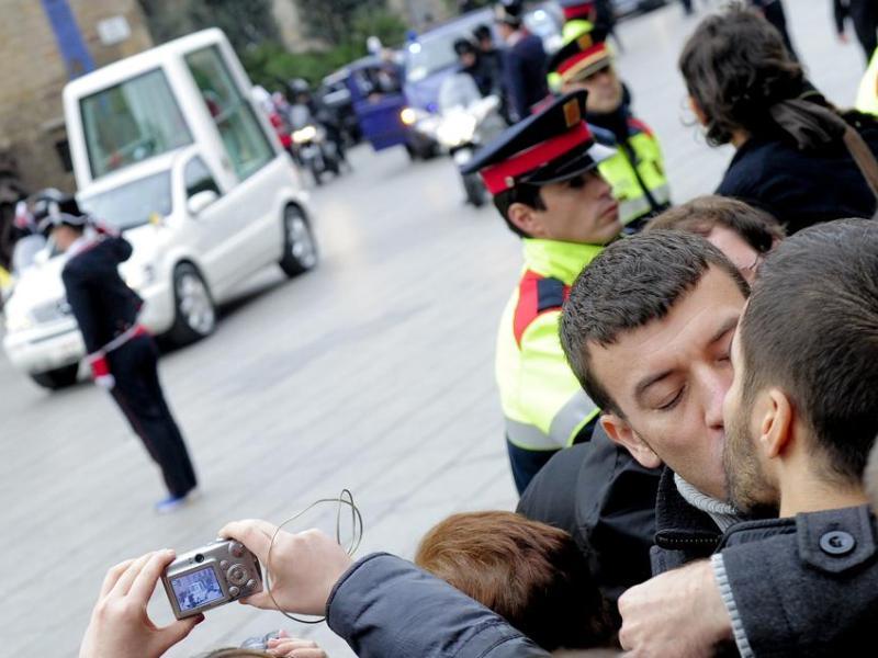 Avant la cérémonie, point d'orgue de la visite papale en Espagne, 200 homosexuels se sont embrassés au passage de la ''papamobile'' qui se dirigeait vers la Sagrada Familia, aux cris de ''va-t-en!'', ''pédophile''. Le rassemblement avait été organisé sur Facebook. A côté d'eux, les supporteurs du pape agitaient des drapeaux aux couleurs jaunes et blanches du Vatican.