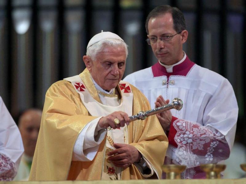 Benoît XVI a appelé les Etats à apporter ''assistance et protection'' à la famille comme union ''indissoluble d'un homme et d'une femme'', alors que l'Espagne a légalisé en 2005 le mariage homosexuel. ''L'amour généreux et indissoluble d'un homme et d'une femme est le cadre efficace et le fondement de la vie humaine'', a-t-il redit. ''C'est seulement là où existent l'amour et la fidélité, que naît et perdure la vraie liberté'', a estimé Benoît XVI, à propos de sa vision du mariage.