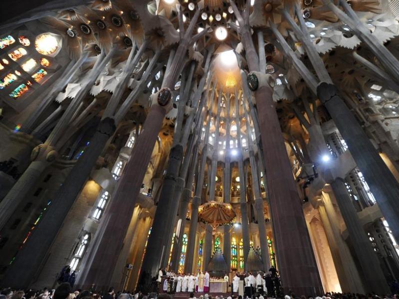 Cette cérémonie, souligne le pape, ''montre un Dieu de paix, de concorde et non de discorde''. Benoît XVI a qualifié d'''évènement de grande signification'' la transformation du monument en Basilique, ''à une époque où l'homme prétend édifier sa vie en tournant le dos à Dieu, comme s'il n'avait plus rien à lui dire''.''Par son oeuvre, Gaudí nous montre que Dieu est la vraie mesure de l'homme, que le secret de la véritable originalité consiste, comme il le disait, à revenir à l'origine qui est Dieu'', a poursuivi le Saint-Père.