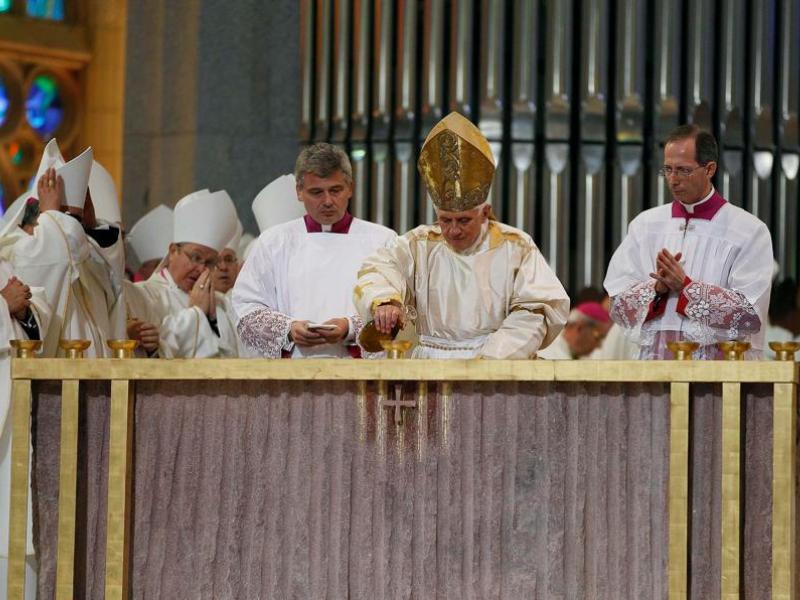 Evoquant un autre sujet d'actualité en Espagne, Benoît XVI a rappelé que l'Eglise ''s'oppose à toute forme de négation de la vie''. Le gouvernement de José Luis Zapatero a récemment élargi le cadre légal autorisant l'avortement.