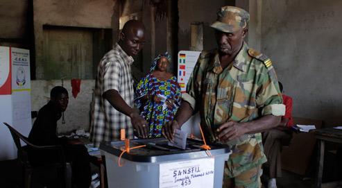 Un militaire vote à Conakry, ce dimanche, pour le premier scrutin libre en cinquante-deux ans d'indépendance et autant d'années de dictature. (Crédits photo: Jerome Delay/AP)