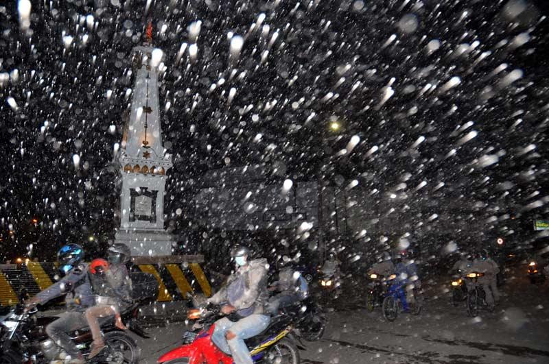 />DES CENDRES EN NOVEMBRE</b>. Dans la nuit électrique, la cendre qui sature Yogyakarta, la grande ville située ˆ 25kmdu volcan indonésien Merapi, entré en éruption depuis la fin du mois d'octobre, ressemble ˆ une tempête de neige. Le volcan a déjà tué 36 personnes la semaine dernière et, devant la menace grandissante, les autorités indonésiennes ont étendu le périmètre de sécurité autour du site. Au moins 70.000personnes sont déjà accueillies dans des centres d'hébergement temporaire. Le volcan Merapi se trouve au milieu d'une région densément peuplée du centre de l'île de Java et entre en éruption tous les quatre ou cinq ans en moyenne. En 1930, 1 400 personnes avaient trouvé la mort, et 60 en 1994. &nbsp;&raquo; height=&nbsp;&raquo;477&Prime; width=&nbsp;&raquo;738&Prime; /></strong></font></p> <p><font face=