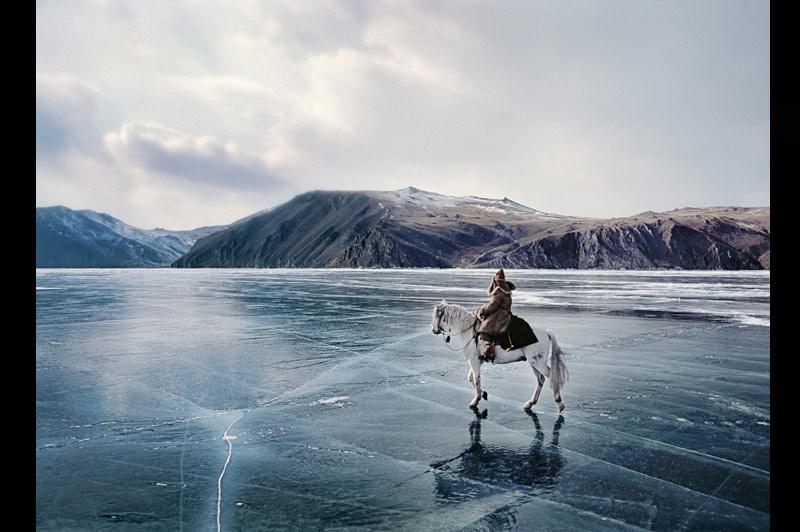 CAVALIER DES GLACES. Seul face à l'immensité gelée du lac Baïkal et des collines enneigées qui l'entourent, ce cavalier bouriate (une ethnie sibérienne proche des Mongols) semble appartenir à un tableau onirique de Géricault ou à un dessin fantastique de Moebius. Une image hors du temps, très éloignée du monde moderne qui défigure la région. Sous les sabots de son cheval, le lac et sa profondeur maximale de 1 637 mètres. C'est là, à quelques kilomètres de l'île d'Olkhon, censée abriter les esprits terribles du lac, que ses ancêtres chamans se réunissaient pour accomplir les rites de cette religion animiste très répandue en Sibérie, parmi les peuples d'origine mongole.