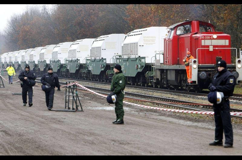 Un train transportant 123 tonnes de déchets radioactifs, parti de La Hague vendredi est arrivé lundi 8 novembre, à la gare de Dannenberg, dans le nord de l'Allemagne, après un long trajet émaillé d'incidents entre forces de l'ordre et militants antinucléaires.