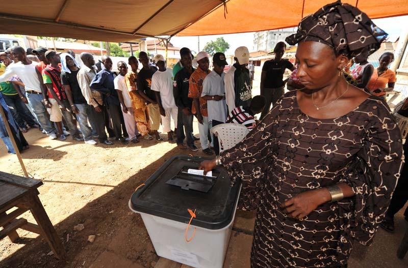 Dimanche 7 novembre, à Conakry, comme des milliers d'autres Guinéens, cette femme s'est rendue aux urnes pour le second tour de l'élection présidentielle.