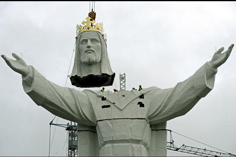 Mardi 9 novembre, la plus grande statue de Jésus-Christ au monde a été terminée en Pologne. Les ouvriers ont fini en attachant la tête. Haute de 52 mètres, elle dépasse la statue du Christ Rédempteur, située à Rio de Janeiro, au Brésil.