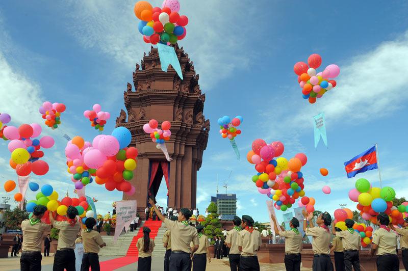 Des étudiants cambodgiens lâchent des ballons lors des cérémonies de la fête de l'Indépendance, à Phnom Penh, mardi 9 novembre.