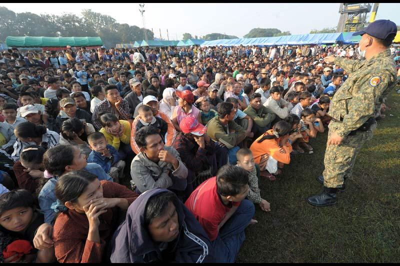 Mardi 9 novembre, à Mae Sot, en Thaïlande, ce policier surveille un camp où se sont réfugiés des centaines de Birmans après que de violents combats entre les rebelles karens et les forces gouvernementales du Myanmar ont éclaté à la frontière.