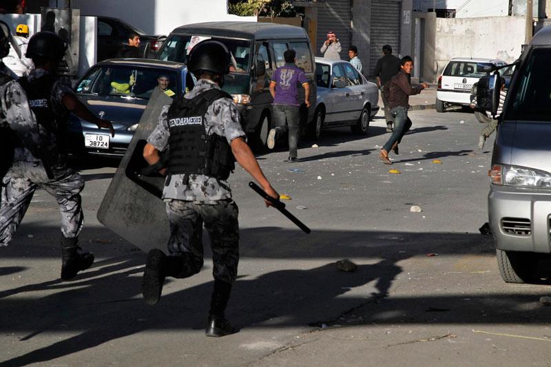 Des heurts entre les forces de l'ordre et des manifestants ont éclaté dans les rues de Amman, en Jordanie, en marge des élections parlementaires, mardi 9 novembre.