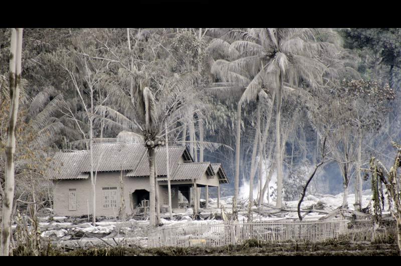 />ÉRUPTION SANS FIN</b>. Dans un rayon de plusieurs dizaines de kilomètres, l'éruption du volcan indonésien Mérapi, qui a débuté le 26 octobre, a tout enseveli sous des centimètres de cendres. On craint même pour les temples de Borobudur inscrits au patrimoine mondial de l'Unesco, situés à 40kilomètresducratère. La couche toxique pourrait endommager les statues bouddhistes du IXe siècle. Environ 320.000 personnes ont déjà quitté la zone pour se mettre à l'abri des retombées volcaniques. Le bilan provisoire dépasse les 150 morts. Mais les habitants fuient également le risque d'un séisme majeur. En2006, la dernière éruption du Merapi s'était accompagnée d'un violent tremblement de terre qui avait fait 6000 morts.   &nbsp;&raquo; height=&nbsp;&raquo;478&Prime; width=&nbsp;&raquo;734&Prime; /></p> <p><strong>ÉRUPTION SANS FIN</strong>. <strong><font face=