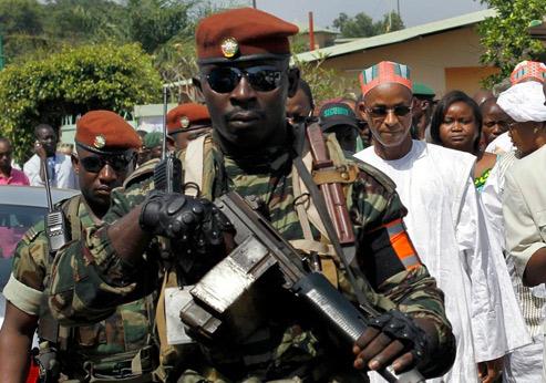 Cellou Dalein Diallo, candidat à la présidence, sous protectionmilitaire, dimanche dernier à Conakry. Ce mercredi, la vue d'un béret rouge dans la capitale suffisait à déclencher la rumeur d'un coup d'État. (Crédits photo Jérôme Delay/AFP)