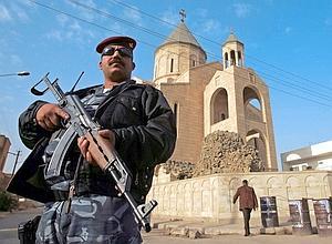 Devant la cathédrale syriaque catholique Notre-Dame du Perpétuel Secours, un imposant édifice moderne du quartier de Karrada, dans le centre de la capitale irakienne, un policier monte la garde.