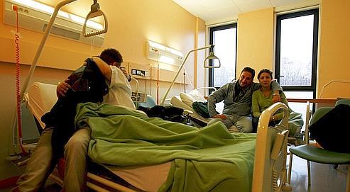 Un rescapéde l'attentat rend visite à sa mère, hospitalisée à Villeneuve-Saint-Georges, dans le Val-de-Marne.