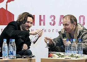F. B. et M. H. en tournée promotionnelle en Russie où ils sont les deux écrivains français vivants les plus populaires.