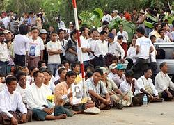 Plus de 2000 personnes étaient rassemblées devant la résidence de l'opposante.