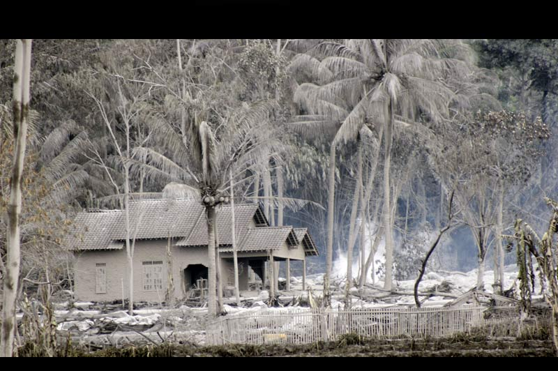 <b>ÉRUPTION SANS FIN</b>. Dans un rayon de plusieurs dizaines de kilomètres, l'éruption du volcan indonésien Mérapi, qui a débuté le 26 octobre, a tout enseveli sous des centimètres de cendres. On craint même pour les temples de Borobudur inscrits au patrimoine mondial de l'Unesco, situés à 40kilomètresducratère. La couche toxique pourrait endommager les statues bouddhistes du IXe siècle. Environ 320.000 personnes ont déjà quitté la zone pour se mettre à l'abri des retombées volcaniques. Le bilan provisoire dépasse les 150 morts. Mais les habitants fuient également le risque d'un séisme majeur. En2006, la dernière éruption du Merapi s'était accompagnée d'un violent tremblement de terre qui avait fait 6000 morts.