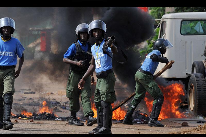 Lundi 15 novembre, à Conakry, capitale de la République de Guinée, des heurts ont éclaté entre la police et des manifestants alors que se font toujours attendre les résultats du second tour de l'élection présidentielle.