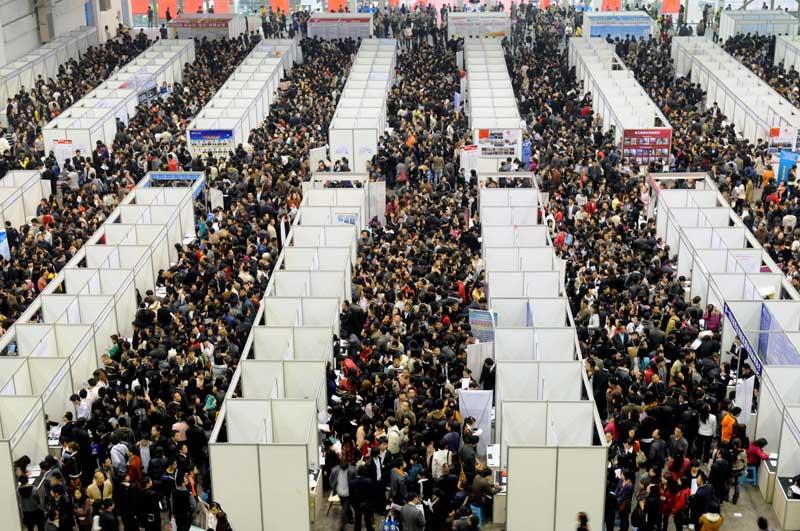 Dimanche 14 novembre, ils étaient des milliers à s'être déplacés à l'occasion du salon pour l'emploi qui s'est tenu à Chongqing, dans la province du Sichuan, en Chine.
