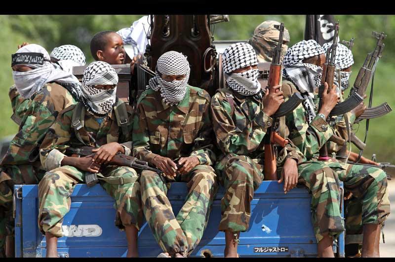 Des rebelles Al-Shabaab de Somalie patrouillent dans les rues de la capitale, Mogadiscio, mardi 16 novembre.