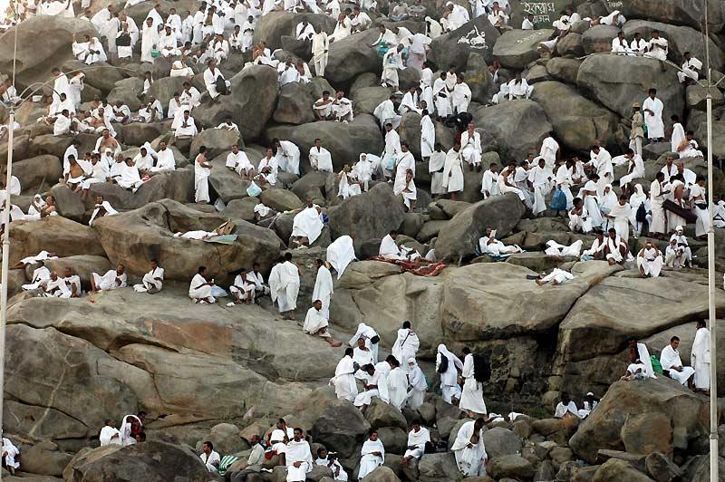 <b>LE DJEBEL DU GRAND PARDON. </b> Cette colline de granit située à 14 kilomètres de La Mecque, en Arabie saoudite, ne mesure que 70 mètres de hauteur. Mais, chaque année, elle n'en est pas moins prise d'assaut par plusieurs centaines de milliers de pèlerins revêtus de deux grandes pièces d' étoffe blanche. Au deuxième jour du hadj - le grand pèlerinage que tout musulman se doit d'accomplir au moins une fois dans sa vie -, ils doivent s'y rendre et y prier, de midi jusqu'au crépuscule, dans l'espoir d'obtenir le pardon de leurs péchés. Car c'est ici, sur ce mont de la Miséricorde, que, selon la tradition islamique, Adam et Eve furent un jour pardonnés par Allah, deux cents ans après leur expulsion du paradis.