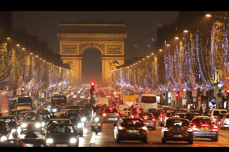 Jusqu'au 10 janvier, les 415 arbres de l'avenue des Champs-Élysées ont revêtu leurs habits de fête. Cette année, c'est la couleur ambre qui a été retenue pour les illuminations.