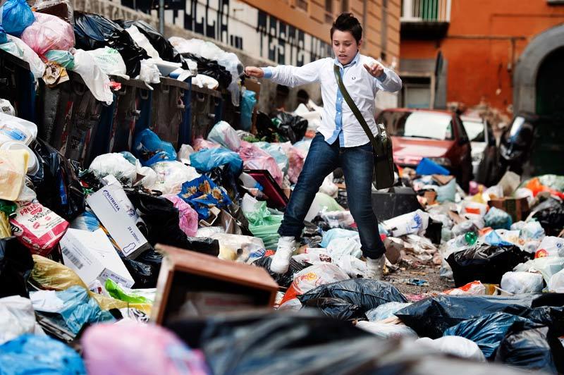 Lundi 22 novembre, dans les rues de Naples, cet enfant tente de se frayer un chemin au milieu des ordures pour se rendre à l'école. L'Union européenne menace de sanctions si les autorités italiennes ne mettent pas rapidement en œuvre un plan de traitement des déchets.
