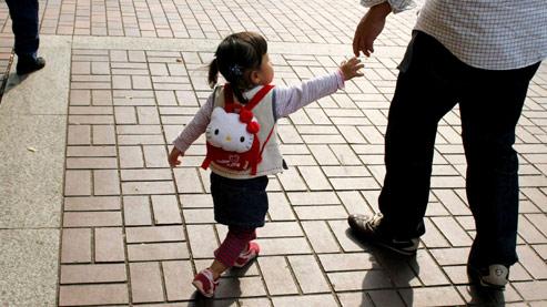 Une petite japonaiseet son pèreà Tokyo.Au Japon,la garde est généralement accordée à la mère après une séparation. Crédits photo : Sipa.