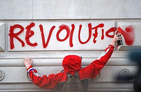 Un étudiant tague le mur d'un bâtiment public du quartier de Whitehallhier à Londres, pendant les manifestations.