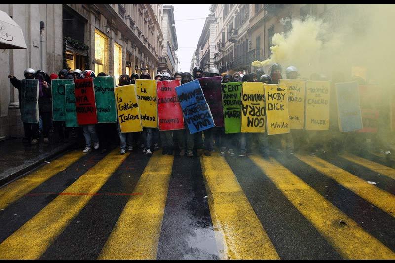 Des milliers d'étudiants ont défilé, mardi 30 novembre, à Rome avant d'être stoppés près du Parlement, où les députés doivent se prononcer sur une réforme de l'université.