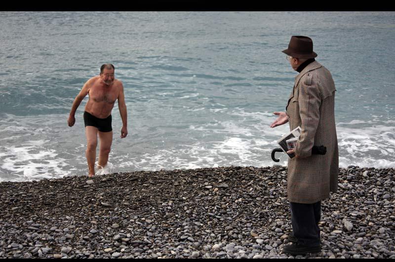 Lundi 30 novembre, et malgré le froid qui s'est installé sur la France, ce Niçois, courageux ou inconscient, a pris un bain de mer. La température de l'eau se situe aux alentour de 14°c, il y fait plus chaud que dehors.