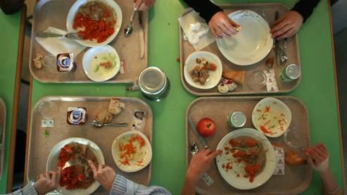 Les repas types d'une journée ont été analysés, incluant cinq fruits et légumes frais, trois produits laitiers et 1,5 litre d'eau, ainsi que des friandises.