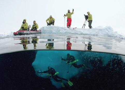 Sur cette image, on peut observer toutes les facettes de l'expédition: la plongée, le film, les relevés de données, la progression sur la banquise.
