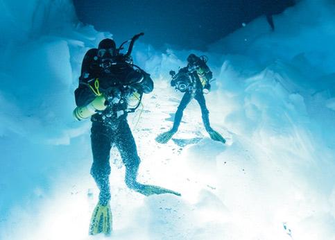 Pendant la plongée, le visage et les lèvres anesthésiés par le froid, le plongeur contrôle sa respiration pour ne pas givrer les détendeurs des bouteilles et se priver d'air.