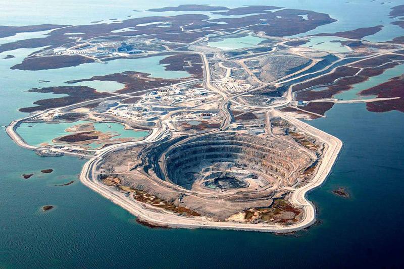 <b>LES CARATS DU CANADA</b>. Ce cratère lacustre est en réalité une mine de diamants à ciel ouvert, photographiée ici en plein été, mais actuellement cernée par la glace puisqu'elle se trouve dans les territoires du Nord-Ouest canadien, à moins de 200 kilomètres du cercle arctique. Un endroit idéal – car très isolé et pratiquement inhabité – pour exploiter une ressource aussi sensible, qui n'a été découverte dans le sous-sol du Canada qu'à la fin des années 90. Cette mine n'est d'ailleurs que la deuxième ouverte dans le pays et elle n'est exploitée que depuis 2003. Mais elle a déjà rapporté suffisamment pour faire du Canada la troisième nation productrice de diamants au monde, derrière le Botswana et la Russie.