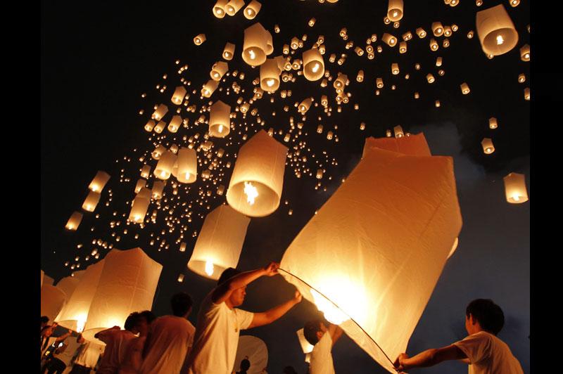 À l'occasion de l'anniversaire du roi Bhumibol, qui trône depuis plus de six décennies sur la Thaïlande, des festivités ont été organisées, comme ici à Bangkok, où des lampions ont été lâchés vers le ciel en dévotion aux dieux, dimanche 5 décembre.