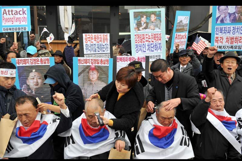 Mercredi 8 décembre, dans le centre de Séoul, des Sud-Coréens se font raser la tête pendant une manifestation contre la politique de la Corée du Nord.