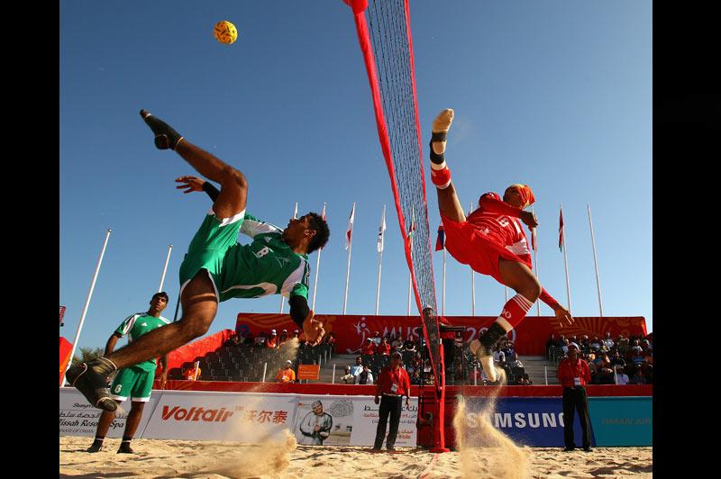 Jeudi 9 décembre, premier jour des 2ème Jeux Asiatiques de plage à Muscat. Rencontre de Sepak takraw qui oppose l'équipe de Birmanie à celle d'Oman, pays organisateur. Les règles de ce jeu, très populaire dans les pays d'Asie du Sud-Est, sont très proches de celles du volley-ball. Il est néanmoins interdit de toucher la balle avec les mains.