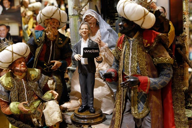 Chaque année, Gennaro Di Virgilio, ébéniste italien, construit à Naples une crèche et y place au moins une célébrité contemporaine qui a marqué l'année. Cette année il a sculpté le fondateur du site WikiLeaks, Julian Assange, son fidèle ordinateur portable à la main.