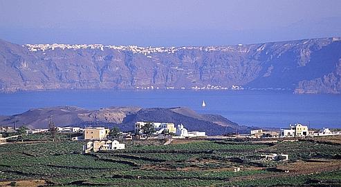 Des vignes dans le sud de l'île de Santorin. En Grèce, le vin est synonyme de culture et il est omniprésent dans la littérature dès le IIIe millénaire avant J.-C.