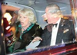 Alors qu'ils se rendaient au théâtre, le prince Charles et son épouse Camilla se sont retrouvés coincés à bord de leur limousine par des manifestants.