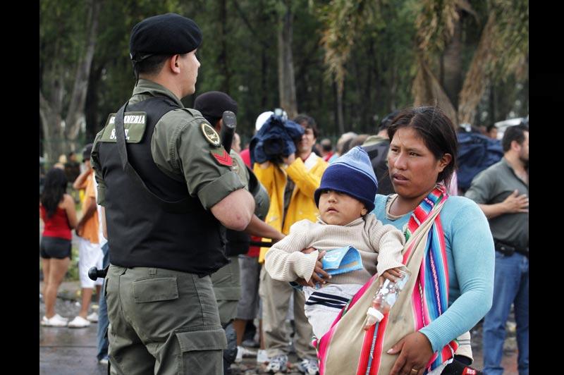Après cinq jours de violentes émeutes, la police est intervenue, samedi 11 décembre, pour mettre un terme aux affrontements, dans un quartier pauvre de Buenos Aires, entre des sans-abri étrangers et la population locale.