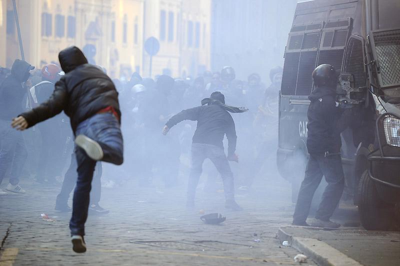 Mardi 14 décembre, des dizaines de milliers étudiants italiens ont manifesté dans les rues de Rome contre le gouvernement et une réforme des universités. Dans le même temps, Silvio Berlusconi a obtenu le vote de confiance des députés mais avec une majorité affaiblie.