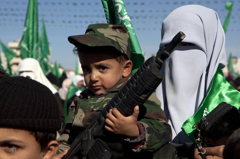 Mardi 14 décembre, de nombreux partisans, y compris des enfants, se sont rassemblés dans les rues de Gaza, à l'occasion du 23e anniversaire de la création du Mouvement de résistance islamique (Hamas).