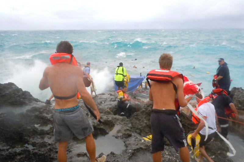 Dans un élan de solidarité, des habitants de l'île Christmas, au large de l'Australie, se sont mobilisés, mercredi 15 décembre, pour secourir les immigrants échoués. Le bateau sur lequel ils avaient embarqué s'est écrasé contre les falaises l'île.