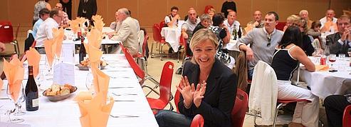 Devant les caméras, Marine Le Pen veille au look de ses partisans