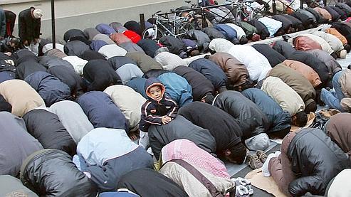 Des fidèles musulmans prient dans une rue de Paris.